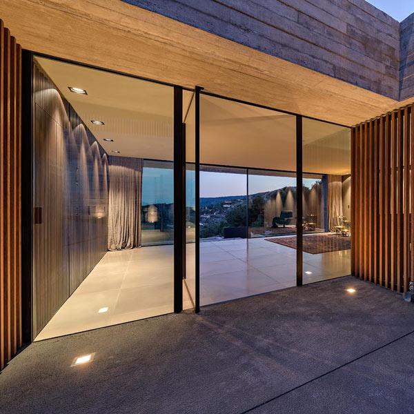 Puerta-Pivotante-aluminio-minimalista